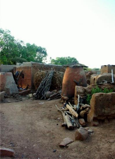 Tiébélé - une dizaine de cases effondrées