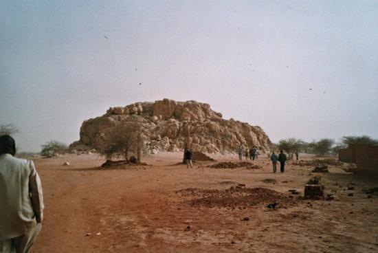 Gorom Gorom - Le rocher sacré - bloc de Quartz posé là