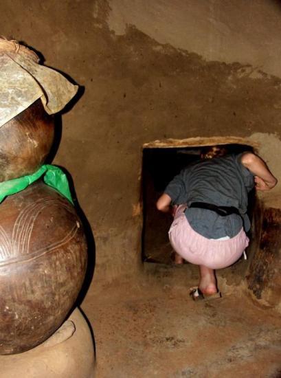 Case à Tiébélé - La sortie de la cuisine